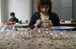 Fábrica de las bolas de la Navidad Imágenes de archivo libres de regalías