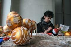 Fábrica de las bolas de la Navidad Fotos de archivo libres de regalías
