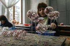 Fábrica de las bolas de la Navidad Fotografía de archivo
