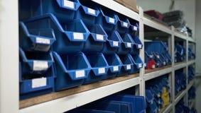 Fábrica de las cajas azules de Warehouse foto de archivo