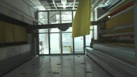 Fábrica de las pastas y etapas de producción de las pastas Ciérrese para arriba de los macarrones secos que desbordan la unidad d almacen de video