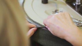 Fábrica de los géneros de punto - manos de colocación de la mujer almacen de metraje de vídeo