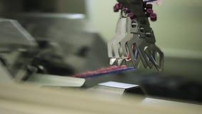 Fábrica de los géneros de punto - ovillo de la toma del hombre almacen de metraje de vídeo