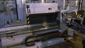 Fábrica de los muebles, fábrica interior de los muebles Máquinas modernas en una fábrica de carpintería almacen de video