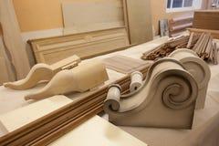 Fábrica de los muebles: partes del árbol en la mesa imagen de archivo libre de regalías