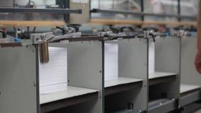 Fábrica de papel da cópia, máquina da tipografia no trabalho vídeos de arquivo