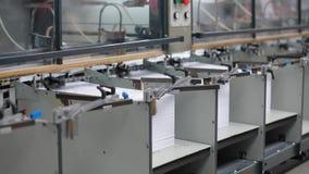 Fábrica de papel da cópia, máquina da tipografia no trabalho filme