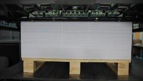 Fábrica de papel da cópia, máquina da tipografia no trabalho, lapso de tempo filme