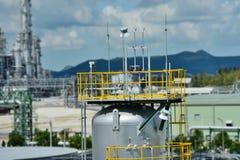 Fábrica de productos químicos con el cilindro del buque del equipo Fotos de archivo