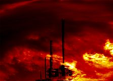 Fábrica de productos químicos en el fuego Imagen de archivo libre de regalías