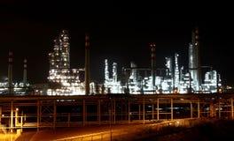 Fábrica de productos químicos en la noche Fotos de archivo libres de regalías