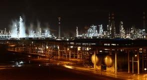 Fábrica de productos químicos en la noche Fotos de archivo
