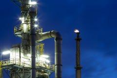 Fábrica de productos químicos en la noche Fotografía de archivo