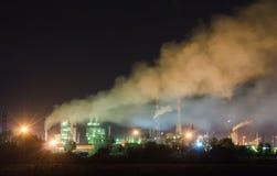 Fábrica de productos químicos en luces de la noche Imagen de archivo