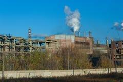 Fábrica de productos químicos vieja Foto de archivo libre de regalías