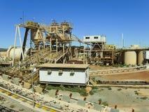 Fábrica de tratamento da mineração do ouro fotos de stock royalty free