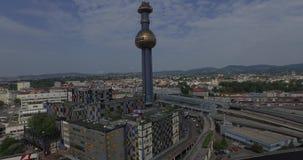 A fábrica de tratamento do desperdício do thermal de Spittelau em Áustria (aérea) video estoque