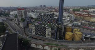 A fábrica de tratamento do desperdício do thermal de Spittelau em Áustria (aérea) vídeos de arquivo