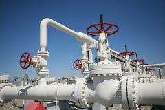 A fábrica de tratamento do petróleo e do gás com tubulação alinha o va imagens de stock royalty free