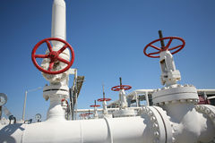 A fábrica de tratamento do petróleo e do gás com tubulação alinha o va Fotografia de Stock Royalty Free
