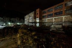 Fábrica de vidro abandonada e parcialmente demulida - rodando, West Virginia Imagem de Stock Royalty Free