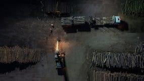 Fábrica de Woodworking Carregando a floresta no caminhão Fotografia aérea da noite fotografia de stock