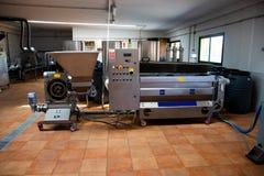 Fábrica del aceite de oliva Instalación de producción con el equipo para el productio foto de archivo