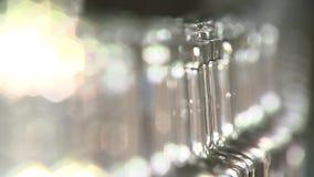 Fábrica del alcohol, las botellas móviles del transportador, rasfokus hermoso, primer metrajes