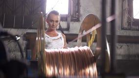 Fábrica del cable de cobre del conductor de la bobina de la mujer almacen de metraje de vídeo