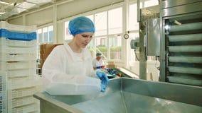 Fábrica del caramelo Obrero que comprueba la empaquetadora almacen de metraje de vídeo