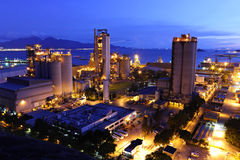 Fábrica del cemento en la noche Imagen de archivo