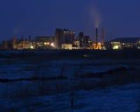 Fábrica del cemento en la noche Industria pesada Imágenes de archivo libres de regalías