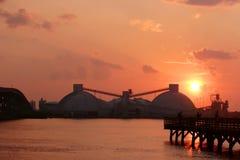 Fábrica del fosfato en la puesta del sol. Fotografía de archivo libre de regalías