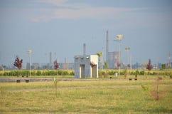 Fábrica del petróleo vista del parque del oeste Foto de archivo libre de regalías