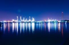 Fábrica del río y de la refinería de petróleo con la reflexión Imagen de archivo