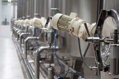Fábrica del vino con los tanques grandes para la fermentación Fotos de archivo
