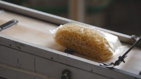 Fábrica do alimento - transporte com bloco plástico do macarrão Imagem de Stock