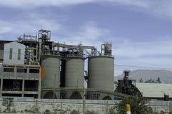 Fábrica do cimento, faixa e torres do armazenamento Imagens de Stock