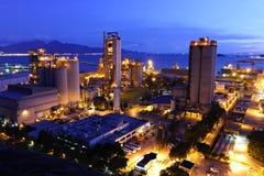 Fábrica do cimento na noite Imagem de Stock
