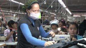 Fábrica do vestuário de matéria têxtil: O trabalhador de vestuário classifica calças de brim vídeos de arquivo