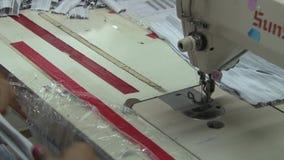 Fábrica do vestuário de matéria têxtil: O trabalhador de vestuário prepara e costura a seção cinzenta da tela vídeos de arquivo