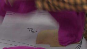 Fábrica do vestuário de matéria têxtil: O trabalhador prepara e passa um vestuário terminado vídeos de arquivo
