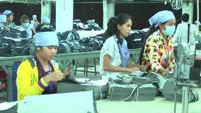 Fábrica do vestuário: Pacotes da tela da marca dos trabalhadores fêmeas filme