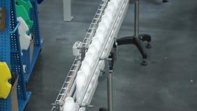 Fábrica e conceito da pesquisa grampo Garrafas com a substância branca que está na instalação de manufatura que vai ser torcido filme