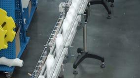 Fábrica e conceito da pesquisa grampo Garrafas com a substância branca que está na instalação de manufatura que vai ser torcido video estoque