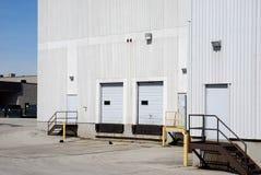 Fábrica e doca de carregamento brancas Foto de Stock Royalty Free