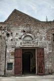 Fábrica e porta velhas do edifício no estilo retro Fotografia de Stock Royalty Free