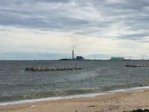 A fábrica elétrica próximo o mar Imagem de Stock Royalty Free