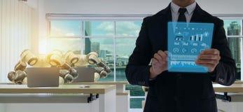 Fábrica elegante de Iot en la industria 4 0 conceptos de la tecnología del robot, ingeniero, hombre de negocios usando la tableta imagen de archivo