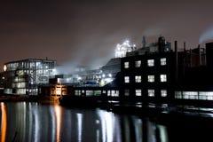 Fábrica en la noche Imagenes de archivo